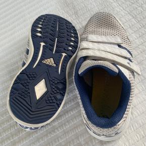 """Adidas """"Real Madrid"""" sneakers str. 35 sælges - kun brugt indenfor til idræt.  Se også mine øvrige annoncer for bl.a. benskinner og Ralph Lauren til drenge 😃  Bytter ikke, køber betaler fragt, sender med DAO."""
