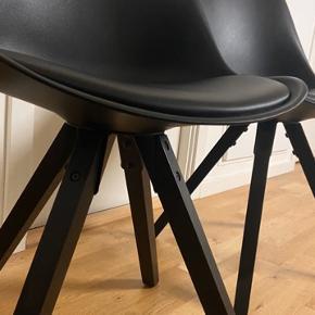Lækre stole fra Bilka (udgået model)  1  1/2 gamle, meget velholdte og få brugstegn Nypris var 500 kr. pr. Styk.  4 stk sælges samlet til 1000 kr. (fast pris) Afhentes i Viby J