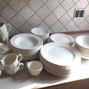 Pænt sæt med middagstallerkener, dybe, frokost, kaffekopper, underkopper og krus sælges  Købt i Bahne  13 stk middagstallerkener  11 kaffekopper  12 underkopper  12 dybe tallerkener  10 frokosttallerkener  9 dybe skåle 4 krus  Varde eller Esbjerg  Sælges samlet