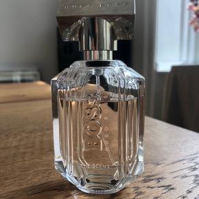 Hugo Boss the scent for her eau de parfum 50 ml. Nypris 645kr  Fast pris.   Kan afhentes i København K. Køber betaler evt Porto.  Se gerne mine andre annoncer for flere hudpleje- og skønhedsprodukter.