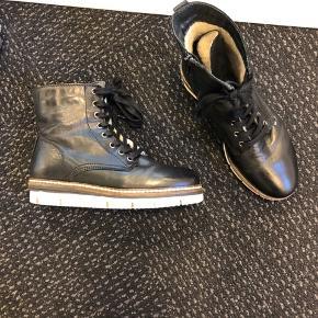 De lækreste og blødeste støvler sælges str. 36 fra shoe design Copenhagen. De er brugt 5 gange Lige købt for et par måneder siden til 800 kr Bytter ikke