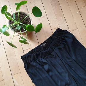 Black satin amazing skirt⚡⚡⚡ Too bug for me unfortunately. Longer on the back, fairy style. By an awesome Icelandic designer