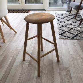 Barstol fra trævarefabrikkerne. Brugt meget lidt. Se billede 2 for mærker på sædet. De kan slibes væk eller evt males over. Stolen er 61 cm høj.