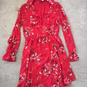 Smukkeste kjole i rød med blomster mønster.  Den er str 40, men svarer til str 36.