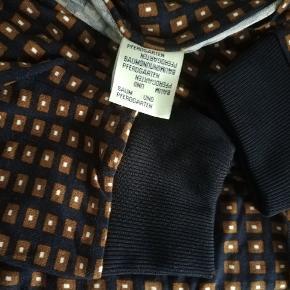 Mangler mærke med materiale og str mangler  Bryst 2x52 Cm  Længde 95 Cm bag hvor den er længst.  Sender med DAO SE OGSÅ MINE 700 ANDRE ANNONCER