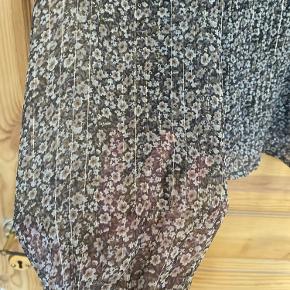 Slå om bluse fra Vero Moda  Brugt få gange  Fin detalje med glimmertråd  Kommer fra røg- og dyrefrit hjem
