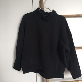 """Sælger denne lækre store sweater fra Moss Copenhagen. Den er brugt en del, hvilket ses på den sorte farve, da den er blevet lidt vasket-sort agtigt. Derfor den billige pris!  Blusen er en str. xs, men passes bestemt også af en Small :-)  Kan være man synes det er nice med et lidt """"slidt"""" look, eller man sommetider vasker sit sorte tøj med sort-farve, så den bliver sort igen☀️  - Afhentes i Aarhus C"""