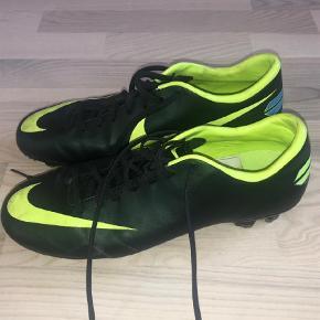 Varetype: Fodboldstøvler Størrelse: 40,5 Farve: Sort Oprindelig købspris: 800 kr.  Nye fodbold støvler Står som aldrig brugt, fordi de er brugt en gang i en halv time, købt forkert størrelse :(  Super lækker støvle  Mercurial Nike mercur