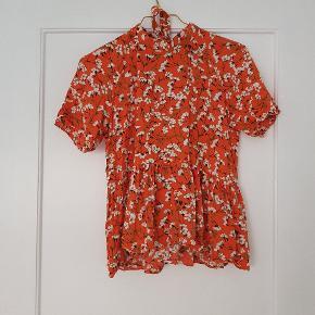 Fin t-shirt med åben ryg