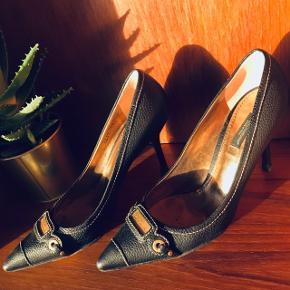 Klassisk DOLCE & GABBANA ® stilet. str.: 38 ½   vurderet til: 2800,-  * 100% ægte og købt i vintagebutik. * Størrelsen passer til en 38-39. * Slå gerne serienummer op: 5827 38 ½. * 9,5 cm høj, velformet og behagelig sko. * Fremstillet i blødt, sort kalvelæder. * Brugsspor fremgår af billederne.  Jeg handler med Tradono og sender derfor med DAO, så vi begge er forsikrede - grundet den høje værdi i din pakke. Spørgsmål og bud er velkomne!  Sælger ud af mine flotte sko, da jeg er kvinde og ejer for mange sko (hvis du spørger min kæreste).😅