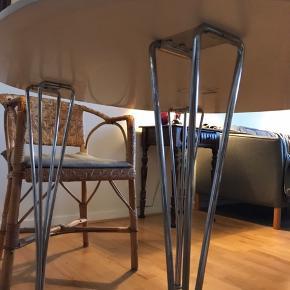 Flot piet hein 'super cirkulær' bord. Målene er H: 72 cm og L og B: 100 cm.  Super fint lille spisebord med plads til 4 personer. Prisen er sat i forhold til en nypris på næsten 12.000 kr., og bordet er i rigtig fin stand. Ingen slag eller mærke, og har altid haft dug på.  Mvh.