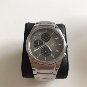 Flot ur som jeg desværre ikke får brugt, virker u påklageligt med få brugsridser  Er er ur jeg har arvet så har ikke så meget information på det.  Åben for bud