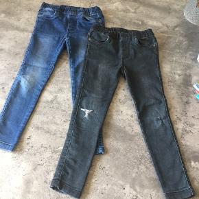KUN DE BLÅ JEANS ER TILBAGE.  Et par jeans i blå med stræk i stoffet. De kan indstilles med elastik i taljen.  + porto ved forsendelse.