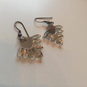 Brand: Accessories deluxe Varetype: Øreringe Størrelse: 20 mm Farve: Sølv Oprindelig købspris: 450 kr.  Fine vifte øreringe lavet i plexi. Lette og friske i looket.