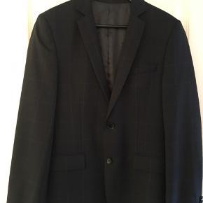 Herre blazer fra Bruuns Bazaar str. 46 ..  Fremstår som ny og uden slid.  Flot grå frakke brudt af tynde striber.  Sender gerne ..