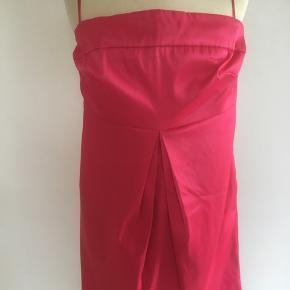 Mærke: Gestuz Størrelse: 34 Farve: Pink Kjolen: foret kjole, med stropper Materiale: Shell, cotton, nylon, Elastan Stand: Kun brugt få gange og derfor næsten som ny  Sælges 175 kr #Secondchancesummer Bytter ikke Sætter pris på tilfredse købere