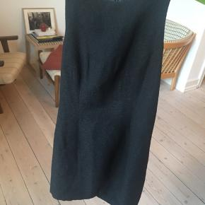 Smuk sort kjole fra Zara, str. S. Kropsnært fit og med bryderryg.  Kraftigt stof med en struktur i overfladen (se billed 3).  #Secondchancesummer