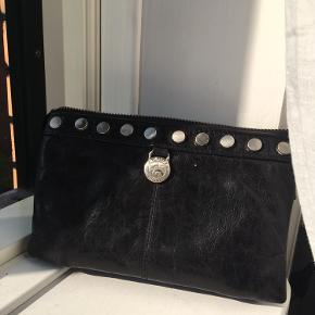 Flot sort taske/pung/clutch fra Adax. Er brugt, men læderet er derfor blot blevet lækre.