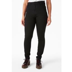 Helt nye oki deluxe jeans med stretch. High waisted. Helt nye og aldrig brugt! Sælges da jeg kom til at købe dem high waisted istedet for mid waisted.  Np 250kr.