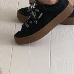 Super fine puma sko, det eneste slid de har er lidt misfarvninger udenpå og noget inde i skoen man ik ser hvis man har dem på, ellers super fine  Alt slid ses på billederne💓