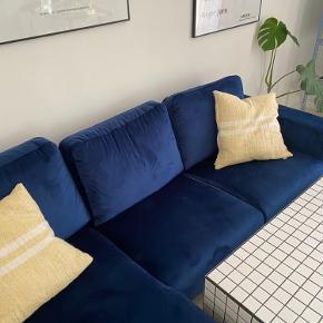 Super flot sofa. Velour.  Sort lakerede ben.   Mål: Højde: 86cm Dybde: 85cm Længde: 235cm