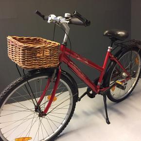 Pige/dame cykel str. 44 cm. Hjul str. 26. Ny bremse og gear kabler. Front bagagebære med kurv. Virker perfekt.Kom og prøve den 😉
