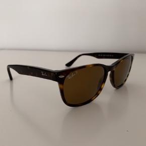 fd3c0b56914c Lækre solbriller fra Ray-Ban i brun og som er unisex. Der er en