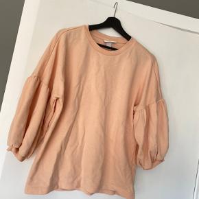Pent og lidt brukt sweatshirt fra Monki med puffy ermer som selges da den bare bliver liggende i skabet.