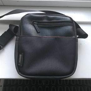 Varetype: Ny (rejse) taske fra Delsey Størrelse: B:19 H: 20 Farve: Sort Oprindelig købspris: 700 kr.  Super fin lille taske til rejsen eller andre ting. Kan bruges både af damer og mænd.  Er som helt ny. Kan sendes eller afhentes i Århus C.