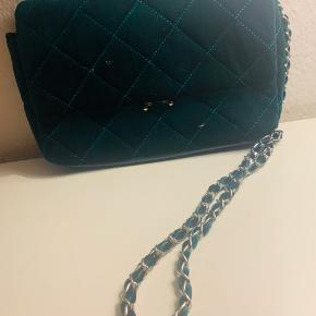 Crossbody taske aldrig brugt og helt som ny.  Velour grøn taske med kæde og meget rummelig.  Købt for 400kr  Sælges for 200kr