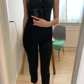 Sæler denne H&M buksedragt - fitter xxs/xs  ( den er meget tætsiddende)   Andre mærker jeg sælger: H&M, Zara, Bershka, Ganni, Nike, Converse, Monki, Vero Moda, Anna Field💕