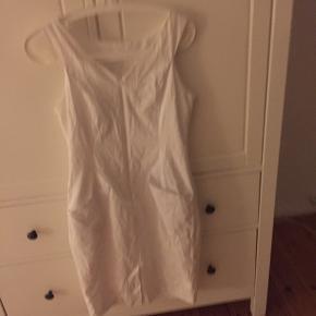 Fed kjole fra Oasis. Så fin til sommer. Nypris 75 pound. Pris 100kr. Plus Porto.