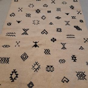 Håndknyttet beni ouarain tæppe fra Marokko. Har aldrig været brugt. Måler 3 x 2 m. Sendes med GLS