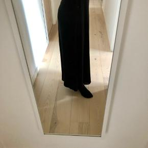 Kan både bruges som lang nederdel eller stropløs kjole.  Byd