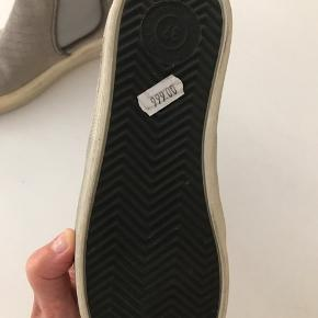 Helt nye støvler men har aldrig brugt dem, så de er blevet lidt misfarvet ved sålen. Læder og ruskind.