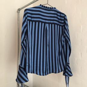 Sælger denne Neo Noir bluse. Str. S. Kun brugt enkelte gange, derfor stadig i stand som ny. Nypris var 500kr.  BYD!
