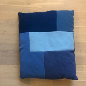 Flot blå pude fra Normann Copenhagen.  Fremstår i perfekt stand.  Cirkamål: 47x56x10 cm Nypris 549 kr.