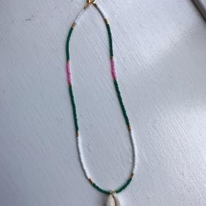 Smuk håndlavet halskæde med 24 karat let guldbelagte perler samt musling.  Længde: 41 cm  Afhentning: Nørrebro Forsendelse: Post Nord - 10kr DAO - 32kr  Instagram: Yangster_beads