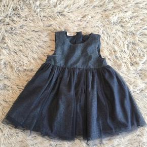 Name it kjole i str. 86 brugt 1 gang så smuk med glimmer i.   Handel via ts pålægges der ts gebyr på prisen.   Sender gerne hvis du betaler porto.