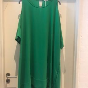 Super fed grøn oversize kjole fra MAT .  Aldrig brugt og stadig med mærke i .  Str L / Xl er = 48-52  Ny pris 800 kr