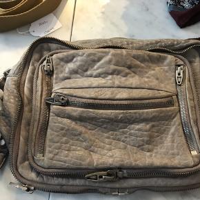 Jeg sælger min Alexander Wang taske billigt, da jeg ikke får den brugt. Den har for nyligt fået ny hank hos en skrædder.