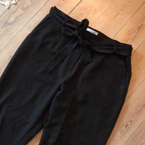 Fede sorte bukser fra Pieces i str. XL. Brugt men overordnet pæne 🌚 jeg bruger normalt M/L, har brugt dem som oversize. Se to sidste billeder for fit. Sælges også i lyseblå 🦋  Bemærk - afhentes ved Harald Jensens plads eller sendes med dao. Bytter ikke 🌙  💫 Bukser oversize loose fit løse sort