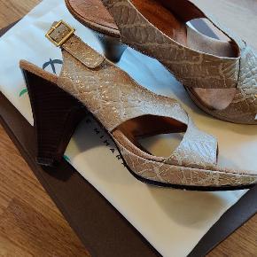 Smykke Chie Mihara sandaler, kun brugt en enkelt gang. De er desværre for store.