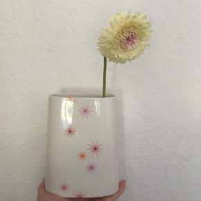Varetype: VaseStørrelse: M Farve: HVID  Så fin