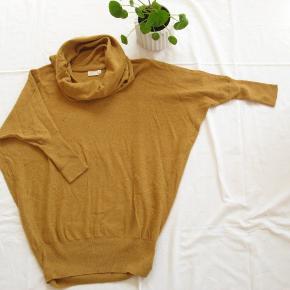 Mærket er Cape Daisy.  Længde fra skulderen og ned ca. 72  55% bomuld, 25% akryl, 15% nylon og 5% uld.  Jeg tager desværre ikke billeder med tøjet på.