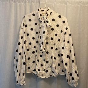 Virkelig flot hvid skjorte med mange detaljer, pufærmer, bånd i halsen og prikker😍