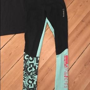 Varetype: Tights og bluse Størrelse: S Farve: Blå Oprindelig købspris: 1000 kr.  Fedt træningssæt - bluse og tights fra Reebok. Brugt 2 gange.   ****SE OGSÅ ALLE MINE ANDRE ANNONCER****