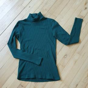 Grøn rullekrave trøje med lange ærmer. Brugt og vasket et par gange. Intet synligt slid.