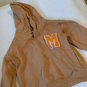 Mini gina Tricot hættetrøje med bogstavet M foran. Str 1,5-2 år (86/92)