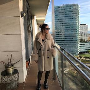 LHS fur populær coat.  Står næsten som ny, meget godt passet på.   Den kan prøves på Vesterbro   Kan passes af en M også.  Mp 3000